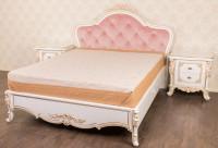 Спальня в наявності, ліжко і дві тумбочки
