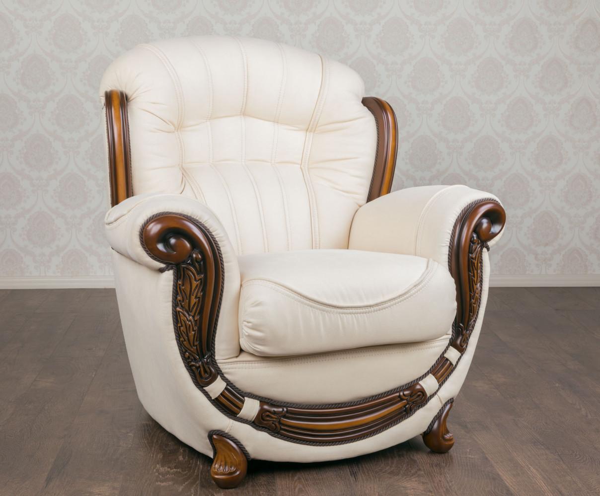 Класичне м'яке крісло в наявності