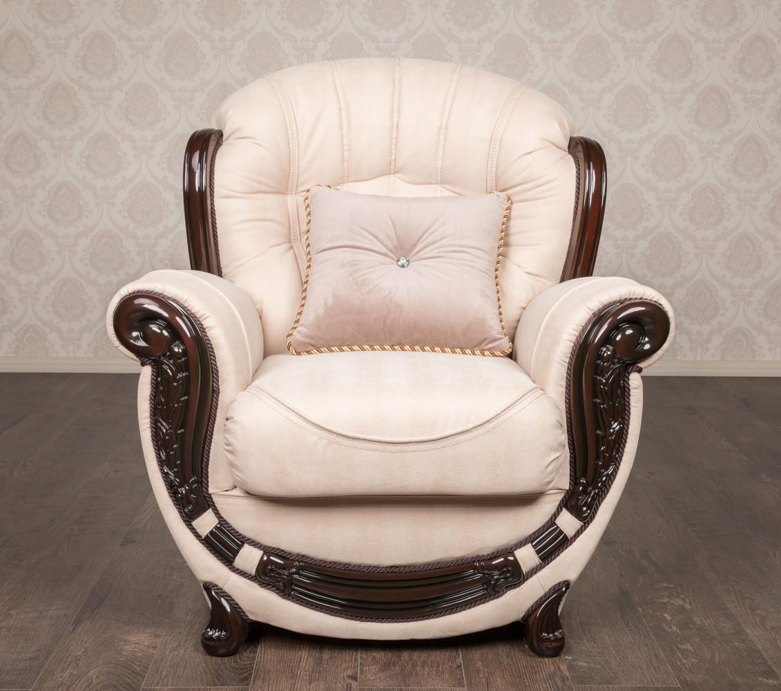 Классическое мягкое кресло в наличии